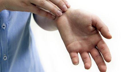 Значение приметы при зуде в области кисти левой руки
