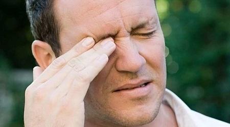 К чему чешется правый глаз у мужчин