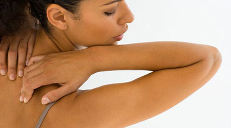 К чему чешется спина у женщины