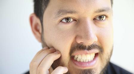 К чему чешутся щеки у мужчин