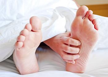 К чему чешется левая ступня у мужчины