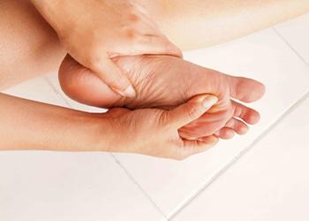 К чему чешется левая ступня у женщины