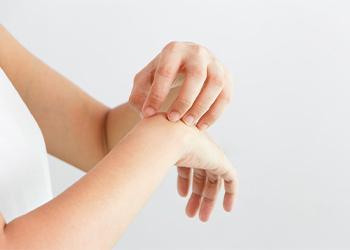 К чему чешется правая рука у женщины