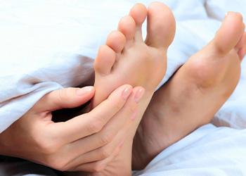 К чему чешется правая ступня у женщины