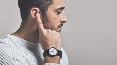 К чему чешется правое ухо у мужчин