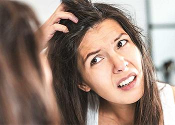 К чему чешется голова у женщины