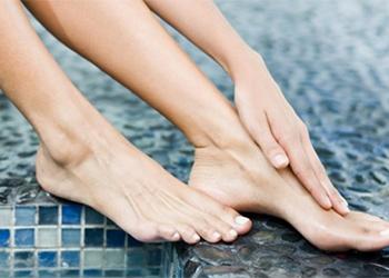 К чему чешется левая нога у женщины