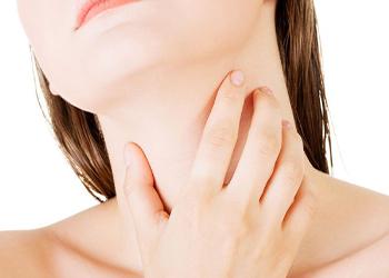 К чему чешется шея у женщины