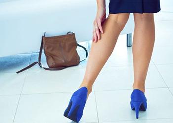 Почесывание левой ноги у женщины