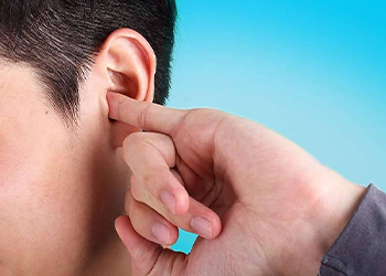 К чему чешется левое ухо у мужчины