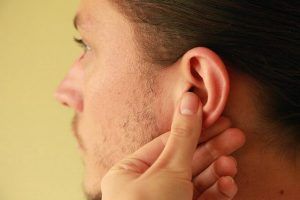 Чешется мочка уха у мужчины