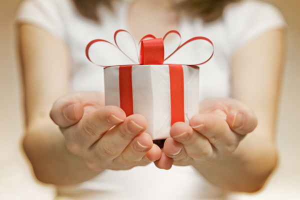 Можно ли передаривать подарки, как правильно это делать?