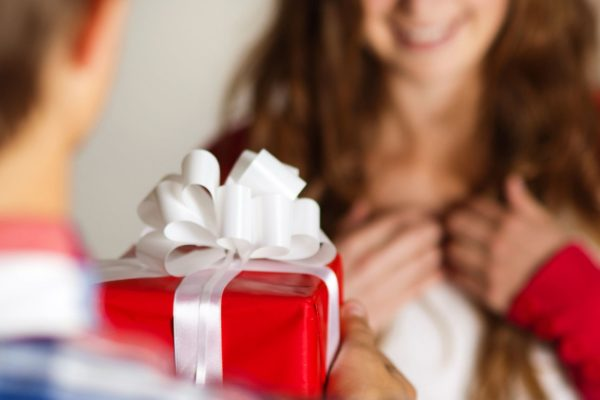 Как правильно передарить подарок
