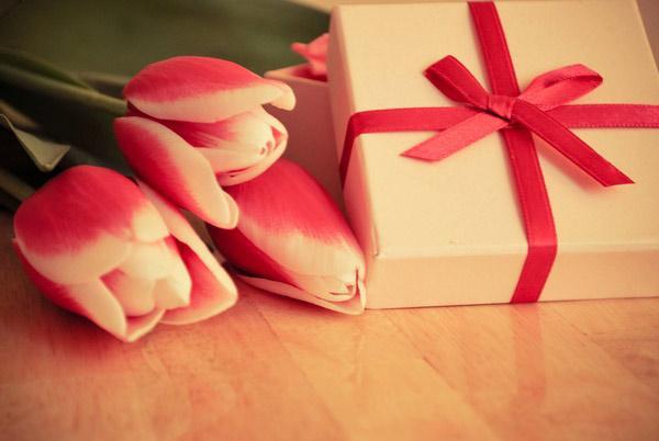 Цветы и сладости учителю на 8 марта в подарок