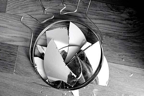 К чему разбивается зеркало и что делать чтобы отвести беду