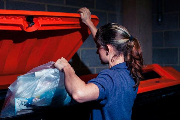 В какое время лучше выносить мусор