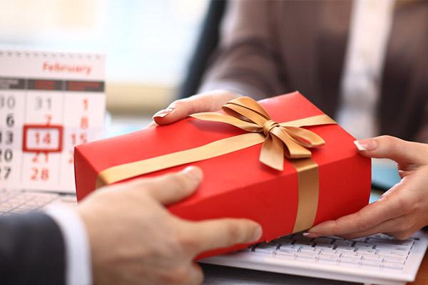 Одинаковые подарки коллеге на Новый год